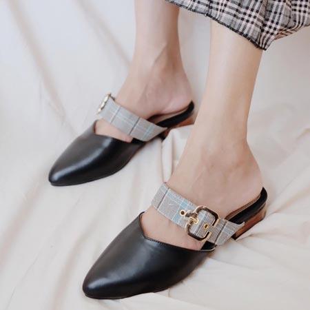 Sepatu wanita buatan lokal